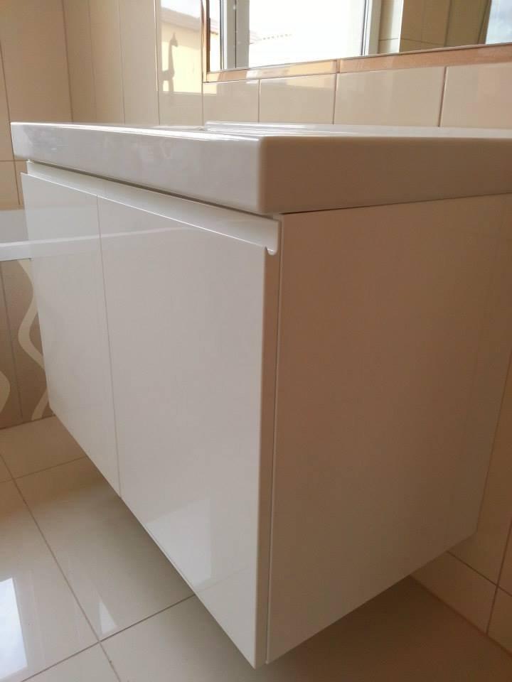 Kondro baldai vonios pakabinama spintele.jpg