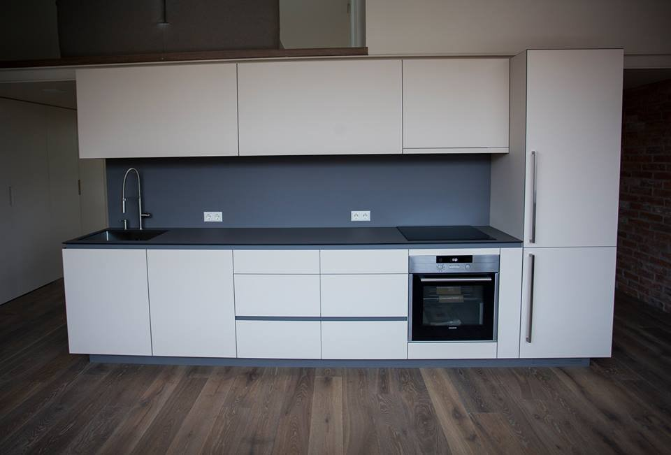 Virtuve su plonu stalviršiu.jpg