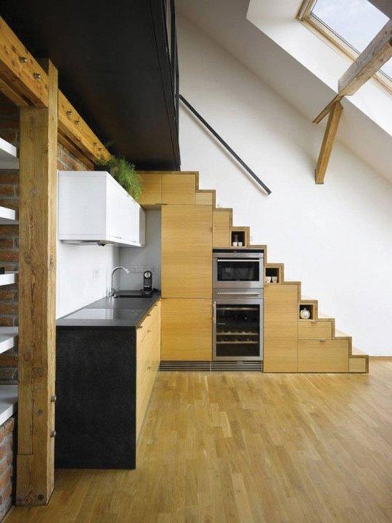 Virtuvė po laiptais.jpg