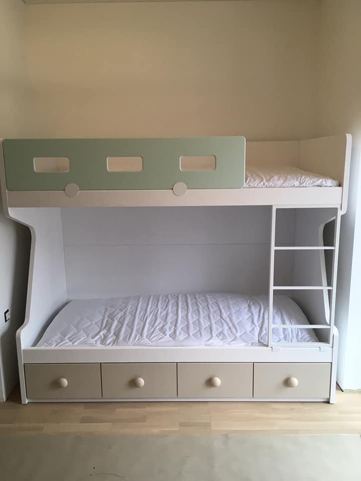 dviaukštė-lova-su-stalčiais