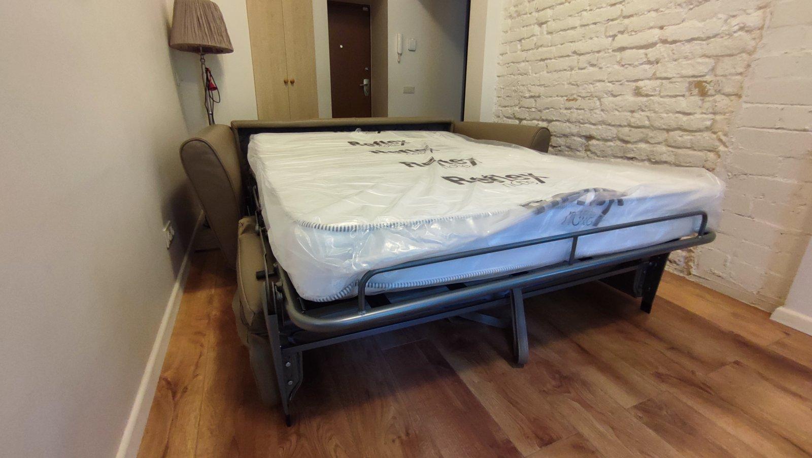 Itališka-sofa-lova-pastoviam-kasdieniniam-naudojimui